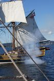 Houten brig, Dame Washington, steekt haar kanon in brand Royalty-vrije Stock Foto