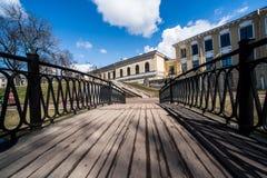 Houten brug aan de huizen Royalty-vrije Stock Foto's