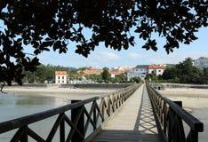 Houten brug aan het zandstrand Royalty-vrije Stock Foto's
