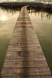 Houten brug aan vissershuis in overzees, Thailand Stock Afbeelding
