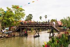 Houten brug, ayothaya het drijven markt Stock Afbeeldingen