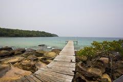 Houten brug bij eiland Kood Stock Afbeelding