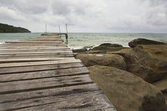 Houten Brug bij eiland Kood Stock Foto