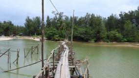 Houten brug bij het strand bij Khao-LAK Thailand stock afbeeldingen