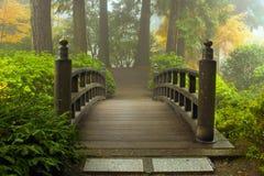 Houten Brug bij Japanse Tuin in Daling Royalty-vrije Stock Afbeeldingen