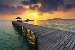 Houten brug bij Rayong-strand stock foto's