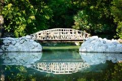 Houten brug in de Nationale Tuin van Athene, Griekenland Royalty-vrije Stock Foto