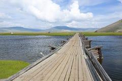 Houten Brug die Brede Rivier in Noordelijk Mongolië kruisen stock afbeeldingen