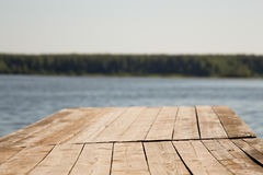 Houten brug door het meer Stock Afbeeldingen