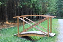 Houten brug in een bos royalty-vrije stock foto