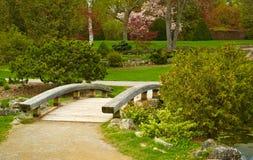 Houten brug in een park Stock Foto