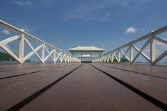Houten brug en houten paviljoen Stock Afbeelding