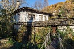 Houten Brug en oud huis in dorp van Bozhentsi, Bulgarije Stock Foto's