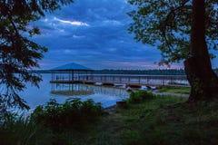 Houten brug in het meer Stock Afbeelding