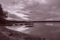 Houten brug in het meer Royalty-vrije Stock Afbeeldingen