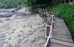 Houten brug langs de kust royalty-vrije stock foto's