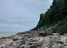 Houten brug langs de kust stock foto
