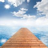 Houten brug met blauwe hemel en overzees stock illustratie