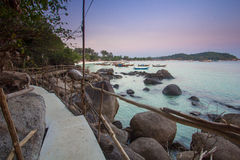 Houten brug met schemering bij Lipe-Eiland, Thailand Royalty-vrije Stock Afbeelding