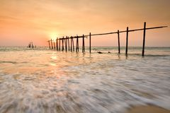 Houten brug met zeegezicht bij zonsondergang stock foto
