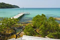 Houten brug op de kust van eiland Kood Stock Afbeelding