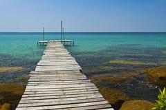 Houten brug op de kust van eiland Kood Stock Afbeeldingen