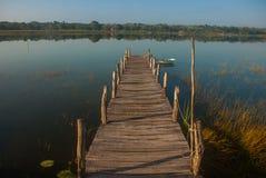 Houten brug op het meer Mooi landschap die het meer in Coba overzien Mexico, Yucatan royalty-vrije stock foto