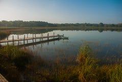 Houten brug op het meer Mooi landschap die het meer in Coba overzien Mexico, Yucatan royalty-vrije stock foto's