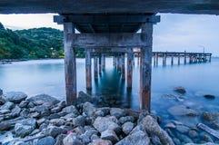 Houten brug op Schemeringoverzees bij het Nationale Park van Khao Laem Ya Stock Fotografie