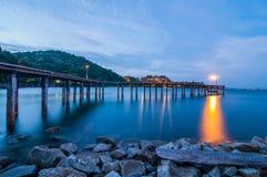 Houten brug op Schemeringoverzees bij het Nationale Park van Khao Laem Ya Royalty-vrije Stock Foto