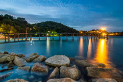 Houten brug op Schemeringoverzees bij het Nationale Park van Khao Laem Ya Royalty-vrije Stock Fotografie