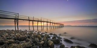 Houten brug op strand royalty-vrije stock foto's