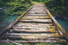 Houten Brug oud over rivier Stock Foto