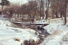 Houten brug over de rivier Stock Foto's