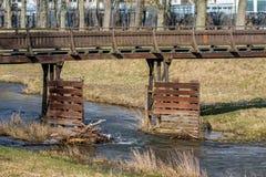 Houten brug over een kleine rivier Stock Foto
