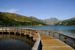 Houten brug over het meer Royalty-vrije Stock Afbeelding