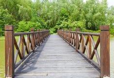 Houten brug over rivier Stock Foto's