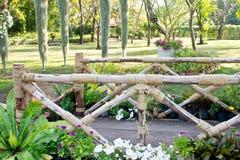 Houten brug in tuin Royalty-vrije Stock Afbeelding