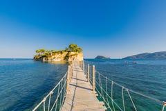 Houten brug van Agios Sostis die tot klein rotsachtig eiland leiden Baai van Laganas, het eiland van Zakynthos, Griekenland stock foto's