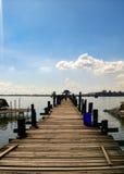Houten brug van Inle-Meer stock afbeelding