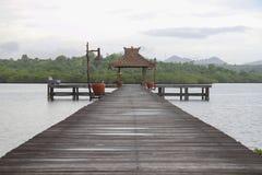 Houten brug voor boten met gazebo Royalty-vrije Stock Afbeeldingen