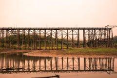 Houten brugkruisen over rivier bij KANCHANABURI van Thailand Stock Fotografie