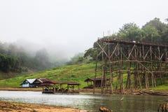Houten brugkruisen over rivier bij KANCHANABURI van Thailand Royalty-vrije Stock Fotografie