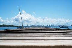Houten brugpijler in het overzees bij Khao-Lan, tegenovergesteld met Pattaya-stadsstrand, Thailand stock foto