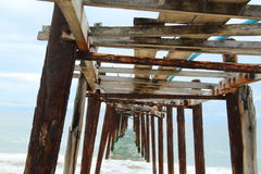 Houten brugwijnoogst in het overzees Stock Foto's