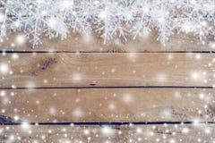 Houten bruin Kerstmisachtergrond en sneeuwwit met sneeuwvlokken stock afbeelding