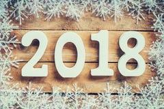 Houten bruin Nieuwjaar 2018, Kerstmisachtergrond en sneeuwvlokken stock afbeeldingen