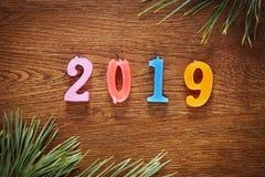 Houten bruine achtergrond over Gelukkig Nieuwjaar 2019 Stock Foto's
