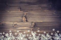 Houten bruine Kerstmisachtergrond en witte sneeuwvlokken met spac royalty-vrije stock fotografie