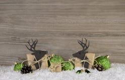 Houten bruine Kerstmisachtergrond met rendier, ballen en giften Royalty-vrije Stock Afbeeldingen